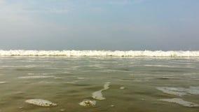 Волны разбивают на побережье и на камеру акции видеоматериалы