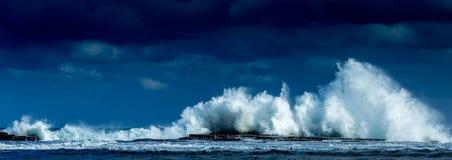 Волны разбивая высоко на Coledale стоковая фотография rf