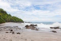 Волны разбивая к пляжу montezuma утесов Стоковые Фото