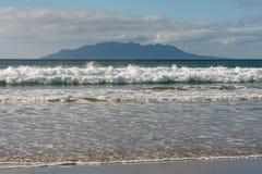 Волны разбивая на песчаном пляже на заливе анкера Стоковые Изображения RF