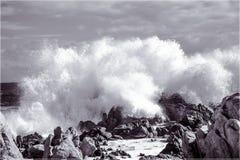 Волны разбивая на утесах Стоковые Изображения RF