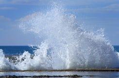 Волны разбивая на утесы Стоковые Фотографии RF