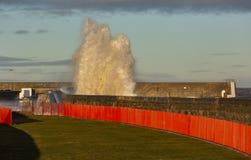 Волны разбивая на Lossiemouth. стоковая фотография