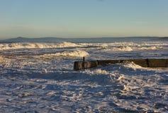 Волны разбивая на Lossiemouth. стоковое фото rf