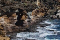 Волны разбивая против скалы Стоковые Фото