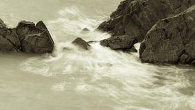 Волны разбивая против утесов в Девоне a Стоковое Изображение RF