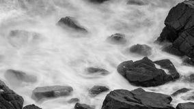 Волны разбивая против утесов в Девоне b Стоковая Фотография