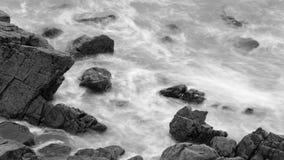 Волны разбивая против утесов в Девоне c Стоковая Фотография RF