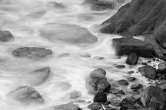 Волны разбивая против утесов в Девоне d Стоковые Изображения