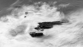 Волны разбивая против утесов в Девоне f Стоковое Изображение