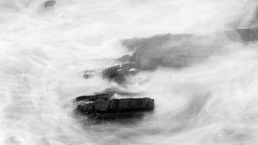 Волны разбивая против утесов в Девоне g Стоковые Изображения RF
