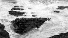 Волны разбивая против утесов в Девоне h Стоковое Фото