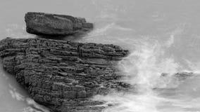 Волны разбивая против утесов в Девоне i Стоковое Изображение RF