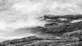 Волны разбивая против утесов в Девоне k Стоковые Фотографии RF