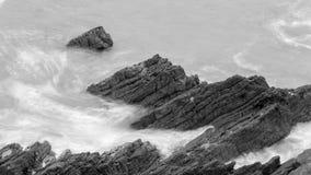 Волны разбивая против утесов в Девоне l Стоковые Фотографии RF