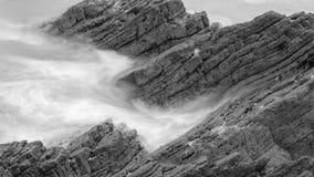 Волны разбивая против утесов в Девоне m Стоковое фото RF
