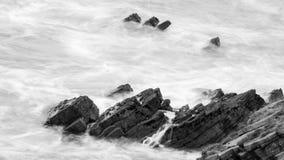 Волны разбивая против утесов в Девоне n Стоковое фото RF