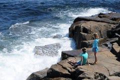 Волны разбивая против утесов Стоковые Фото