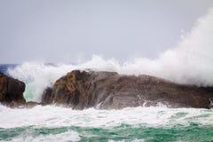 Волны разбивая против утесов Стоковые Фотографии RF