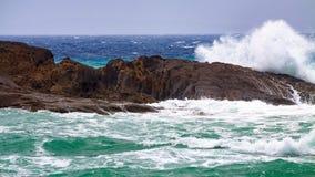 Волны разбивая против утесов Стоковое Изображение RF