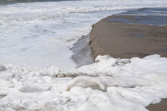 Волны разбивая с пеной моря Стоковая Фотография RF