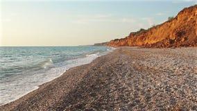 Волны свертывают на Pebble Beach сток-видео