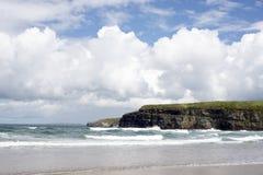 Волны свертывая в скалы и пляж Стоковое Фото