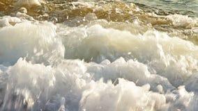 Волны свертывая на пляже акции видеоматериалы