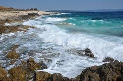 Волны сини разбивая на бечевнике Стоковая Фотография