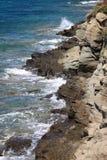 волны скалы разбивая Стоковое Фото
