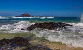 Волны ударяя берег Стоковые Изображения