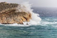 Волны ударяя утесы Стоковые Фото