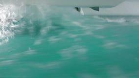 Волны хлопают корпусам катамарана по мере того как мы двигаем через сильные волнения как увидено от непредвиденного окна избежани акции видеоматериалы