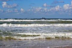 Волны Чёрного моря и корабля на горизонте в ненастном weat Стоковое Фото
