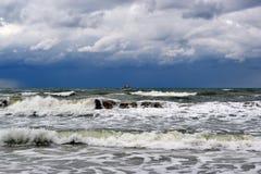 Волны Чёрного моря и корабля на горизонте в ненастном weat Стоковое фото RF