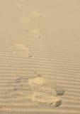 Волны Sandy и след ноги - текстура созданная персоной на пляже и ветре Стоковые Фото