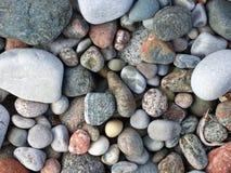 Волн-взметнутые камешки на береге острова Iona, Шотландии Стоковое фото RF