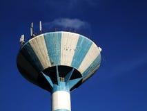 Водонапорная башня в перспективе с антеннами Стоковое Изображение