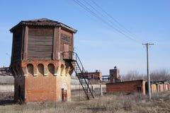 Водонапорная башня на покинутой железной дороге Стоковое Фото