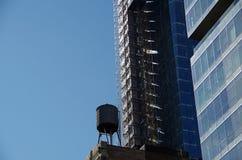 Водонапорная башня против голубого неба Стоковые Изображения RF