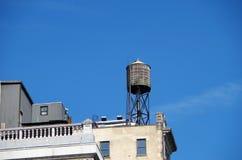 Водонапорная башня с городским небом Стоковое Изображение