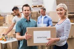 2 волонтера держа коробку пожертвований Стоковые Изображения RF