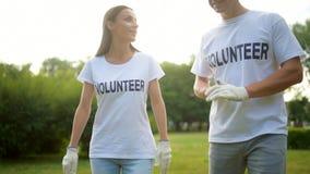 2 волонтера идя вокруг и имея болтовню акции видеоматериалы