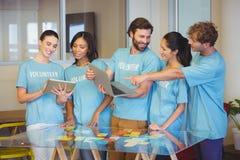 Волонтеры используя технологию стоковые изображения rf