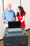Волонтер детенышей помогает избирателю Стоковое Изображение RF
