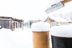 Водоотводная труба дома и заржаветый ржавый бочонок Стоковое Изображение