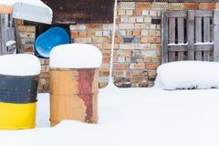 Водоотводная труба дома и заржаветый ржавый бочонок Стоковая Фотография RF