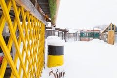 Водоотводная труба дома и заржаветый ржавый бочонок Стоковое Изображение RF