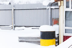Водоотводная труба дома и заржаветый ржавый бочонок Стоковые Изображения RF