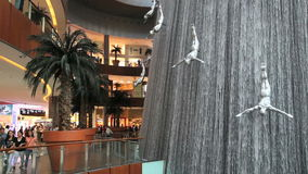 Водопад внутри мола Дубай сток-видео